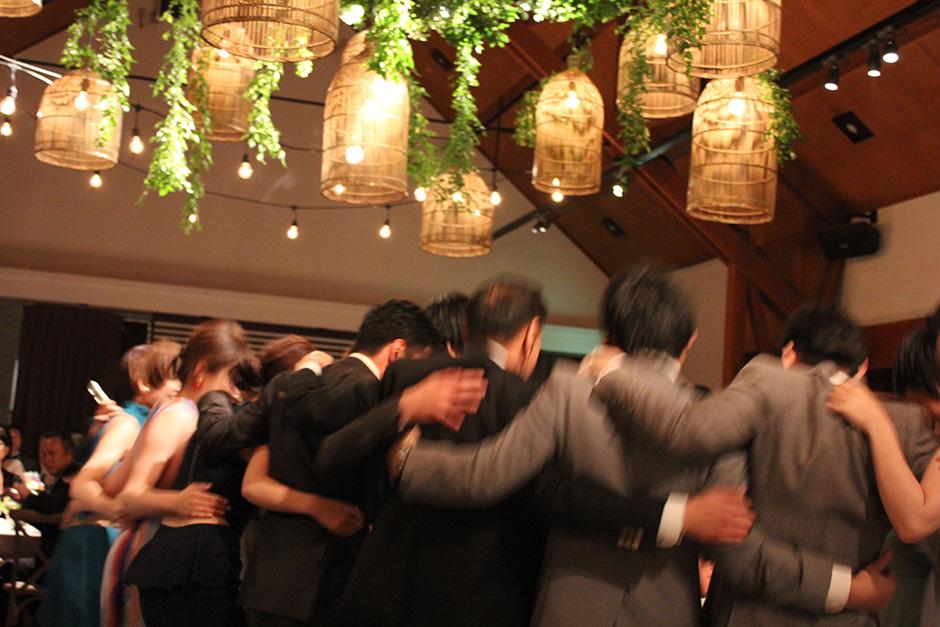 みんなで踊っている様子